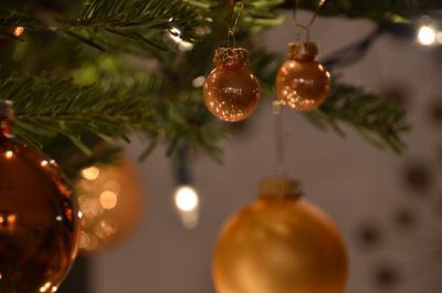 weihnachten kugeln am weihnachtsbaum 5 kostenlose fotos. Black Bedroom Furniture Sets. Home Design Ideas